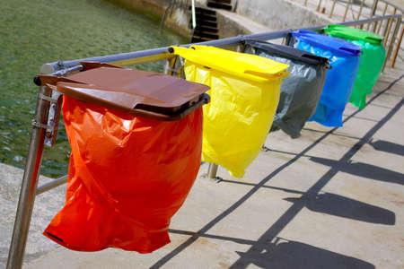 separacion de basura: Limpieza de colores separaci�n de basura bolsas de reciclaje Foto de archivo