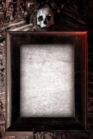 sterbliche: Alte Holzrahmen und leere Papier an die Wand geh�ngt mit Sch�del auf Lizenzfreie Bilder