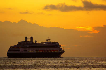 Grote cruise schip bij zons opgang in een reis naar de horizon