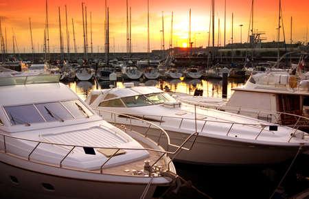 docked: Marina con los yates atracados en el final del d�a