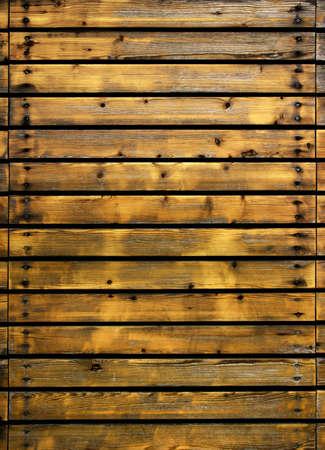 Gedeelte van een oud hek met houten planken en nagels