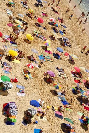 bathers: Birdseye vista di una spiaggia affollata in un caldo giorno d'estate Archivio Fotografico