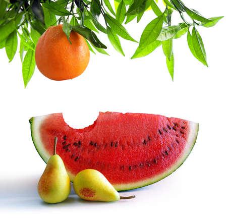 abastecimiento: Bitten rebanada de sand�a, dos peras y un poco de naranja rama aislada en blanco