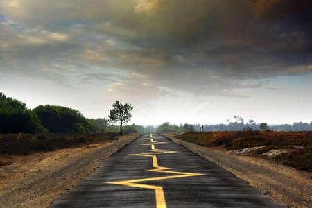 battement du coeur: Road rythme cardiaque avec des signes jaune suivi - conduire prudemment concept Banque d'images