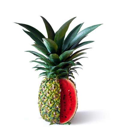 Ananas met watermeloenbinnenland op een witte achtergrond wordt geïsoleerd die