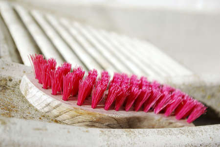 lavamanos: detalle de una ba�era de lavado de manos de lavander�a con un pincel de color rosa viejo Foto de archivo