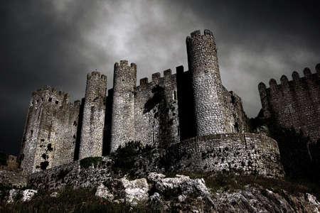 castello medievale: Scena inquietante con il castello medievale di notte con il Cielo tempestoso  Archivio Fotografico