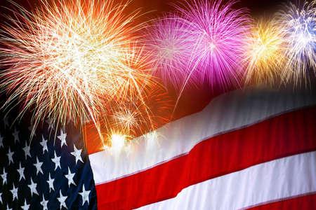 dia y noche: La bandera de Estados Unidos y los fuegos artificiales en la celebraci�n del d�a de la independencia  Foto de archivo