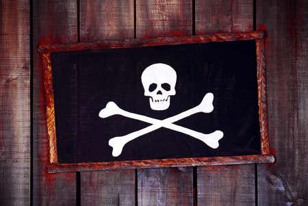 impiccata: Incorniciato bandiera pirata impiccati in una parete in legno vecchia