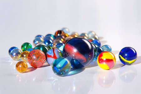 marbles: Detalle sobre muchos de colorido cristal de m�rmoles, sobre una superficie blanca