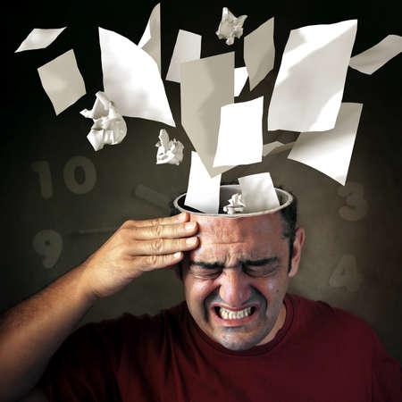 Conceptuele afbeelding van papers coming out van een mans hoofd met pijn expressie