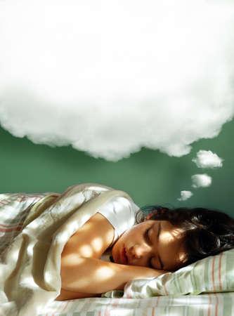 durmiendo: Ni�a dormir en su cama, con un globo esponjoso sue�o por encima de su cabeza