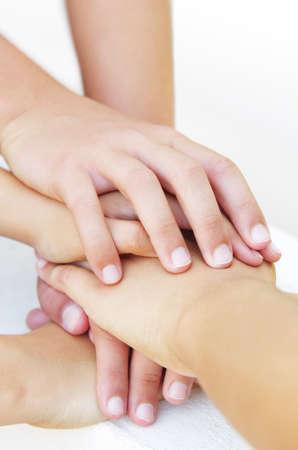 fraternidad: muchas manos apilados encima de uno a otro en un signo de amistad confiada