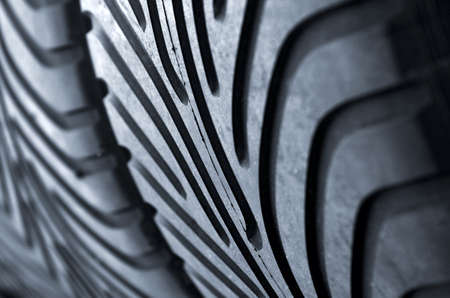 huellas de neumaticos: Detalle de una fila de nuevas carreras de automovilismo los neum�ticos de un garaje