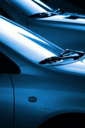 ruitenwisser: Zwart en blauw beeld met de details van de twee auto's ruitenwissers verlicht door lage zon