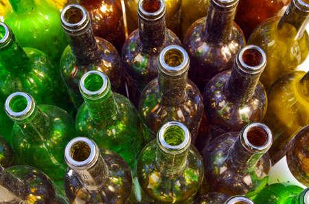 botellas vacias: Primer plano de botellas de vino vacías coloridas pero sucio