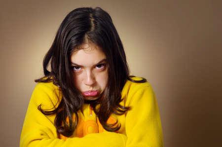 Spoiled chica joven con expresión enfurruñada y ser muy terco