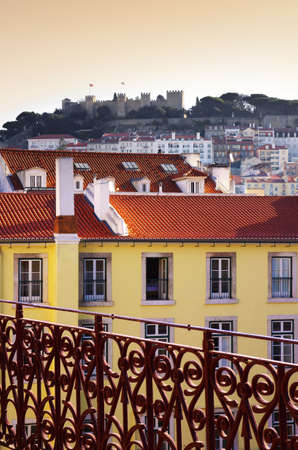 grate: Paesaggio urbano di Lisbona, in Portogallo, con il Castello di San Jorge in collina Archivio Fotografico