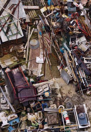 junkyard: Vista superior de un dep�sito de chatarra con una carga ca�tica de basura desperdicio