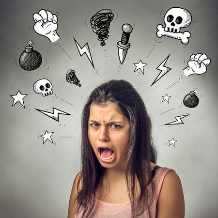Chica adolescente enojado con expresión furiosa gritando y jurando Foto de archivo - 31538862
