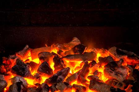 Foto van warm vonkend live-kolen branden in een barbecue