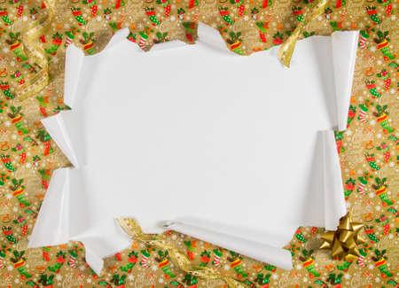 Déballer les cadeaux en déchirant le papier et révéler le contenu Banque d'images - 33451160