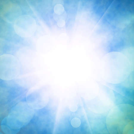 Hemelse blauwe hemel met heldere zon en lichtstralen Stockfoto