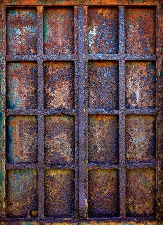 rejas de hierro: Antecedentes de ventana sucio con barras de hierro oxidado y la placa de obturaci�n