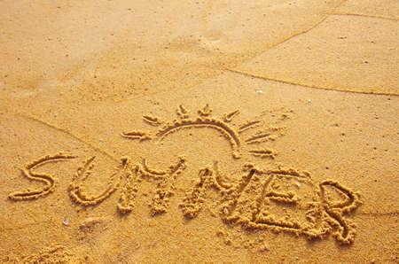 estado del tiempo: Verano concepto de playa con verano de la palabra escrita en la arena