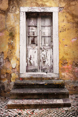 portones de madera: Detalle de la puerta de la escalera y escalones en una antigua casa de la ruina amarilla Foto de archivo