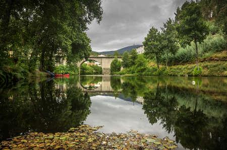 romana: Paisaje de un río y puente romano en Portugal