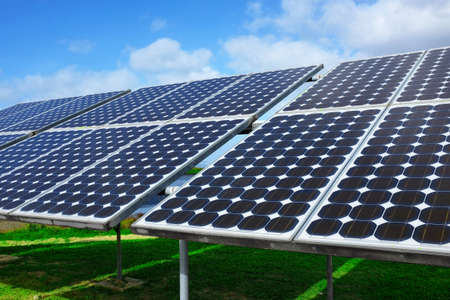 paneles solares: Primer en paneles solares capturan la luz solar sobre un cielo azul Foto de archivo