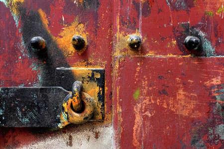 puertas antiguas: Detalle del primer de una puerta pesada mettalic con remaches y graffiti Foto de archivo