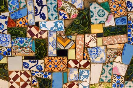 pared rota: Detalle de una pared cubierta con muchos fragmentos variados de azulejos rotos Foto de archivo