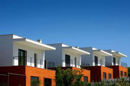 case moderne: Facciate di un moderno case condominio in una giornata di sole Archivio Fotografico