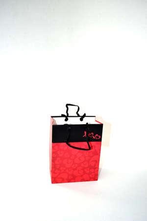 bolsa de regalo rojo y negro sobre fondo blanco Foto de archivo