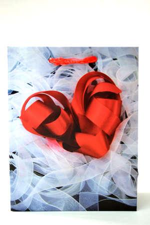 bolsa de regalo rojo coraz�n aislado sobre fondo blanco de cerca