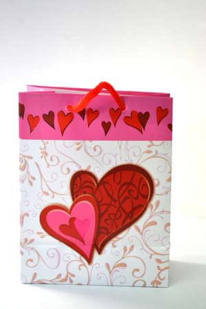 bolsa de regalo de coraz�n blanco y rojo aislado sobre fondo blanco de cerca