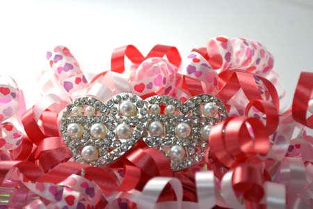 la cinta rizada celebraci�n con broche coraz�n en blanco cerca