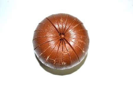 la parte superior de la esfera de chocolate aisladas sobre fondo blanco cerca Foto de archivo