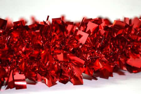 guirnalda brillante rojo aislado sobre fondo blanco de cerca Foto de archivo
