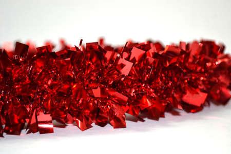 brillante guirnalda roja sobre fondo blanco de cerca