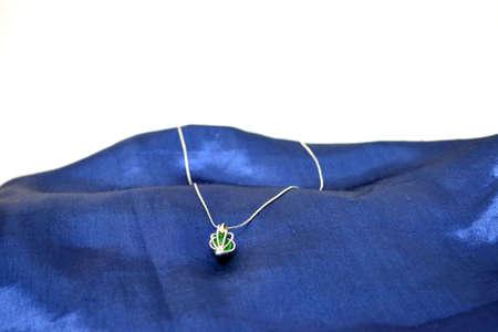joyas en sat�n liso color azul sobre fondo blanco