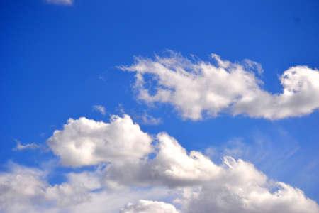 brillante cielo azul con nubes blancas mullidas