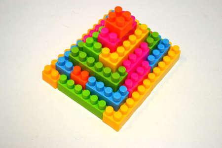 pir�mide de bloques de construcci�n aisladas sobre fondo blanco Foto de archivo