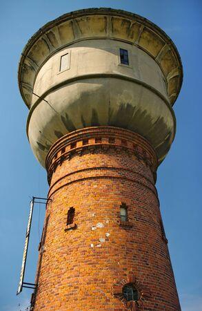 cisterna: Antigua torre de agua con cisterna Foto de archivo