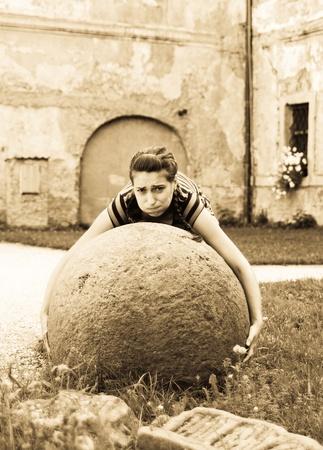 levantar peso: Joven intentar plantear grandes bolas de piedra  Foto de archivo