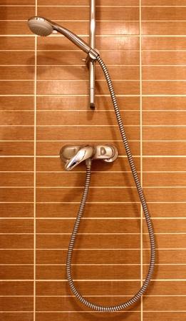 갈색 벽에 샤워 스톡 콘텐츠