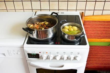 steel pan: Olla el�ctrica durante la preparaci�n de la cena