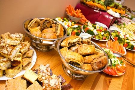 buffet: Overvloed aan voedsel op de tafel Stockfoto